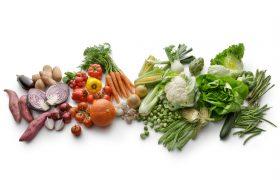 Varierte grønnsaker og råvarer.